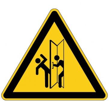 Warnschild Warnung vor Verletzungsgefahr im Schwenkbereich von Türen